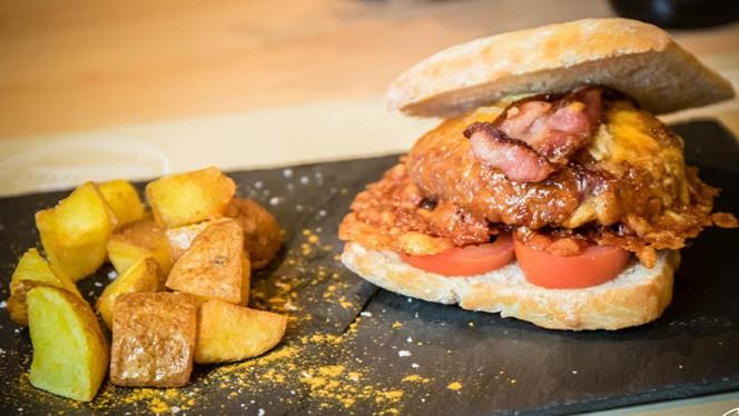 B-A-B (Black Angus Burger con tomate, bacon, cheddar y foie) - A Contracorriente, Valencia
