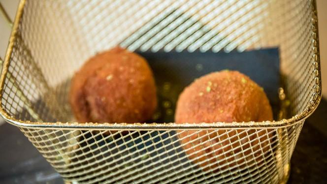Croquetas de queso gorgonzola, nueces, higos y ralladura de lima - A Contracorriente, Valencia