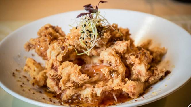 Crujiente de pollo de corral tandoori con noodles y salsa de miel y mostaza - A Contracorriente, Valencia