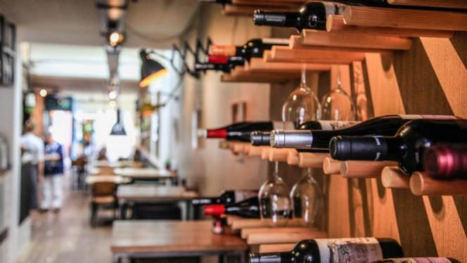 Meer dan 12 wijnen per glas te bestellen - Brasserie Midi, Groningen