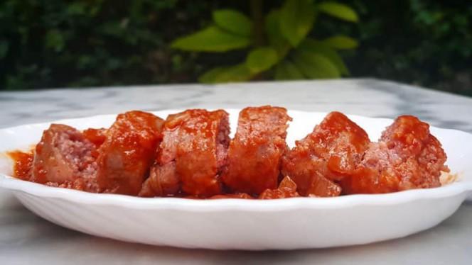 Chorizo a la pomarola. Chorizo criollo, desgrasado y cocinado en salsa casera de tomates. - El Pessic, Valencia