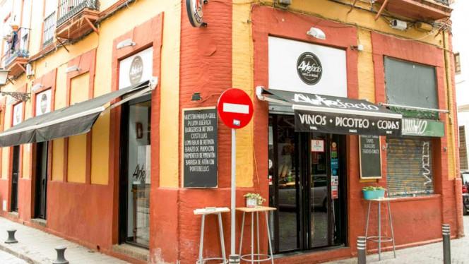 Entrada - Artefacto, Sevilla