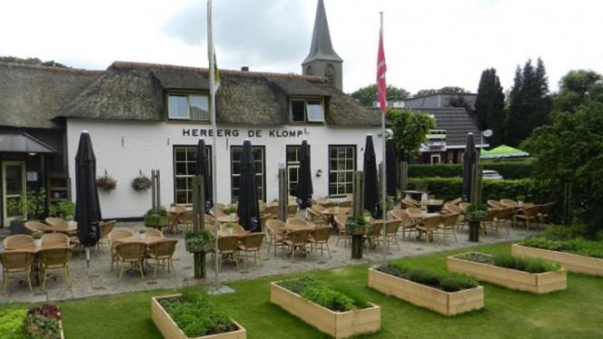 Vooraanzicht met zonnig terras - Herberg De Klomp, Vilsteren