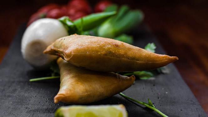 La samosa è un popolare antipasto e snack indiano, utilizzato in tutta l'Asia centro-meridionale e che da lì si è poi diffuso tutto intorno all'Oceano Indiano. - Ganesha India - Ristorante Indiano, Rome