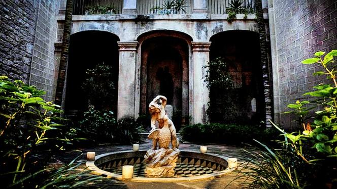 detalle fontana - Palau Requesens, Barcelona