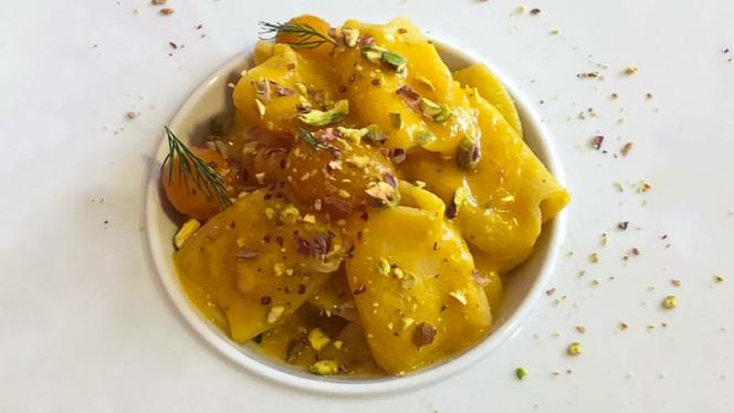 Paccheri di pasta fresca con pomodorini datterino giallo, provola a umicata d.o.p e granella di pistacchi di Bronte - Vico Street, Milan