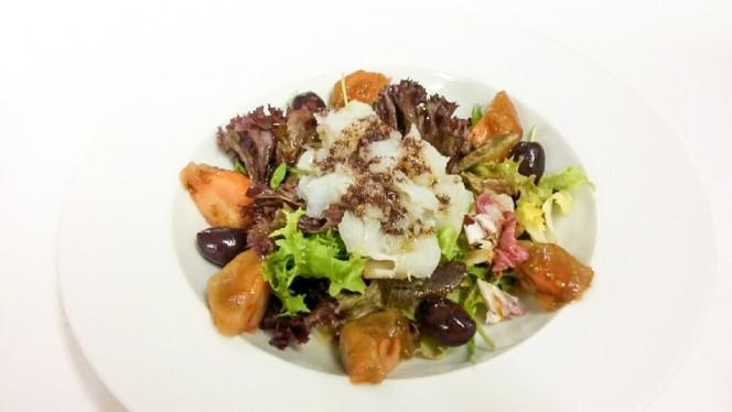 "Ensalada de tomate ""kumato"" con bacalao desmigado y aceitunas kalamata - Mas Ses Vinyes, Begur"