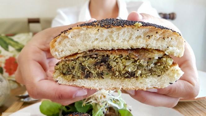 Aprendiendo a morder la Quinoa Burger - Mandioca, Madrid