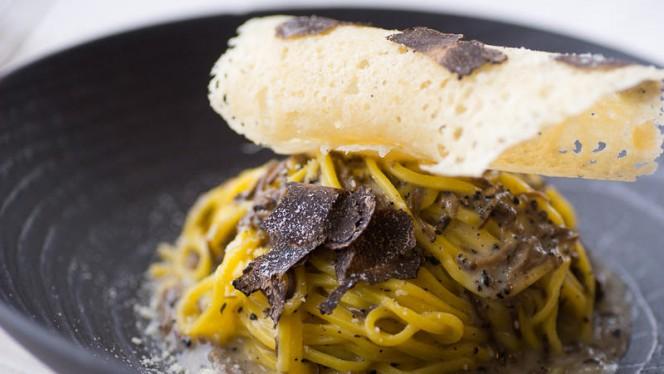 Cacio e pepe al tartufo con crosta di parmigiano - Ristorante Meo Pinelli, Rome