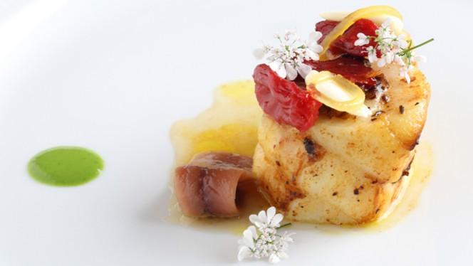 Lotte, anchois, fleur de coriandre, framboise - Le Clarence, Paris