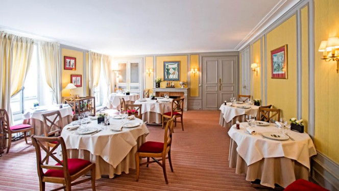 Salle principale composée de 8 tables rondes - Le Poulpry, Paris