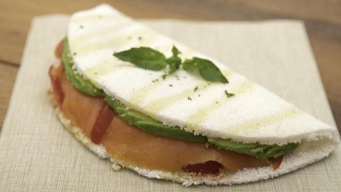Tapioca con Salmone, avocado e pomodorini - Casa Tapioca, Milano