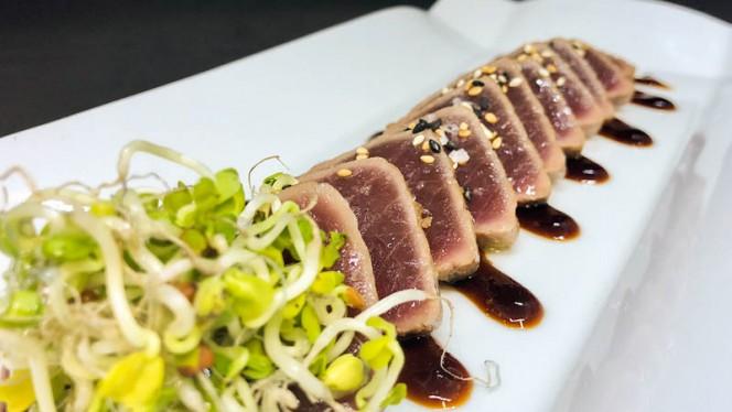Tataki de atún YF con salsa teriyaki y sesamo - El Martinet, Barcelona