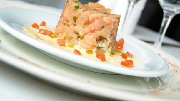 Tartare de saumon aux herbes fraîches - La Tentation des Gourmets, Paris