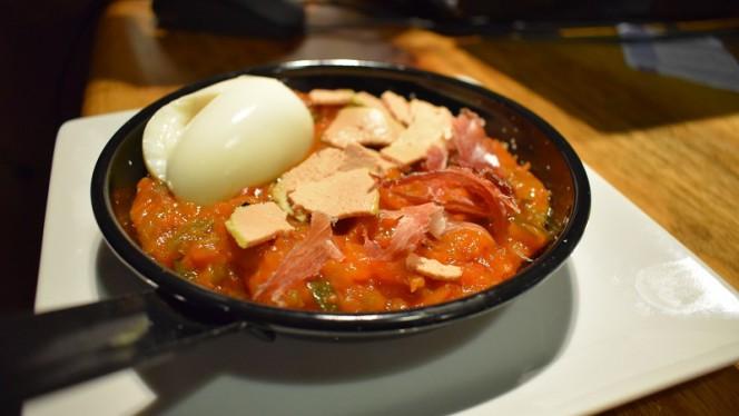 Pisto con huevo poché, lascas de foie y paleta ibérica - La Pinchería, Madrid