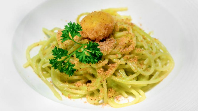 Spaghettone alla falsa carbonara, crema di fave, tuorlo d'uovo fritto - La Taverna del leone, Positano
